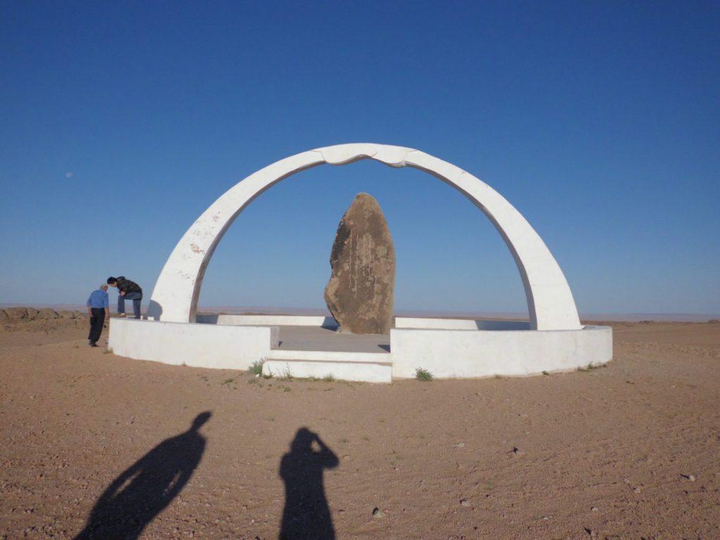 Monument in de Gobi woestijn Mongolië