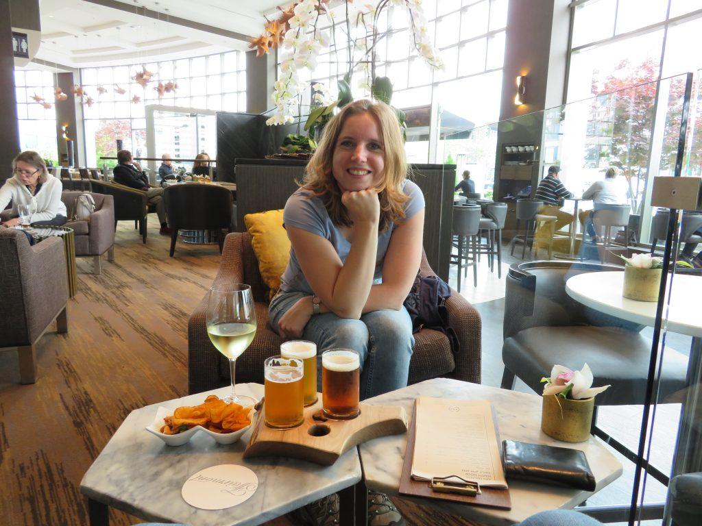 Stedentrip Vancouver | Bier en wijn bij het Fairmont Waterfront hotel | happy hour