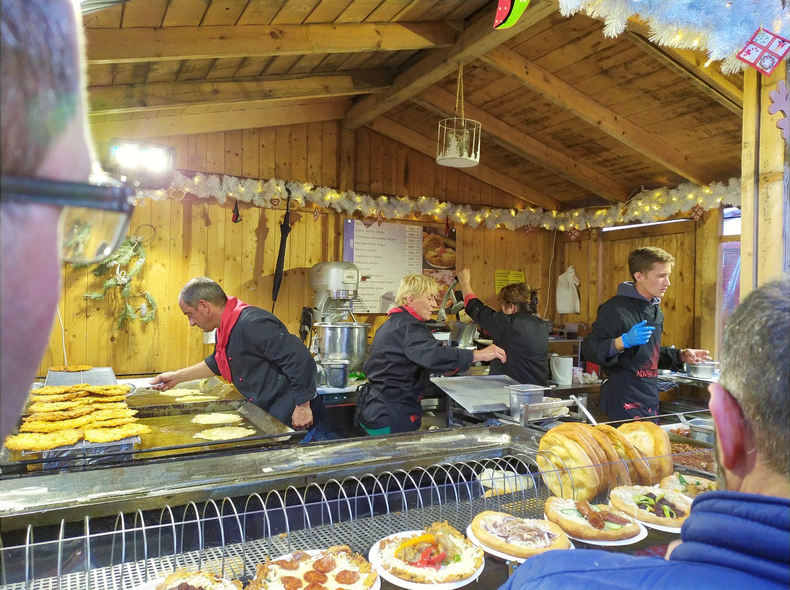 Langos eten op de Kerstmarkt bij de St. Stefanusbasiliek (Szent István Bazilika)