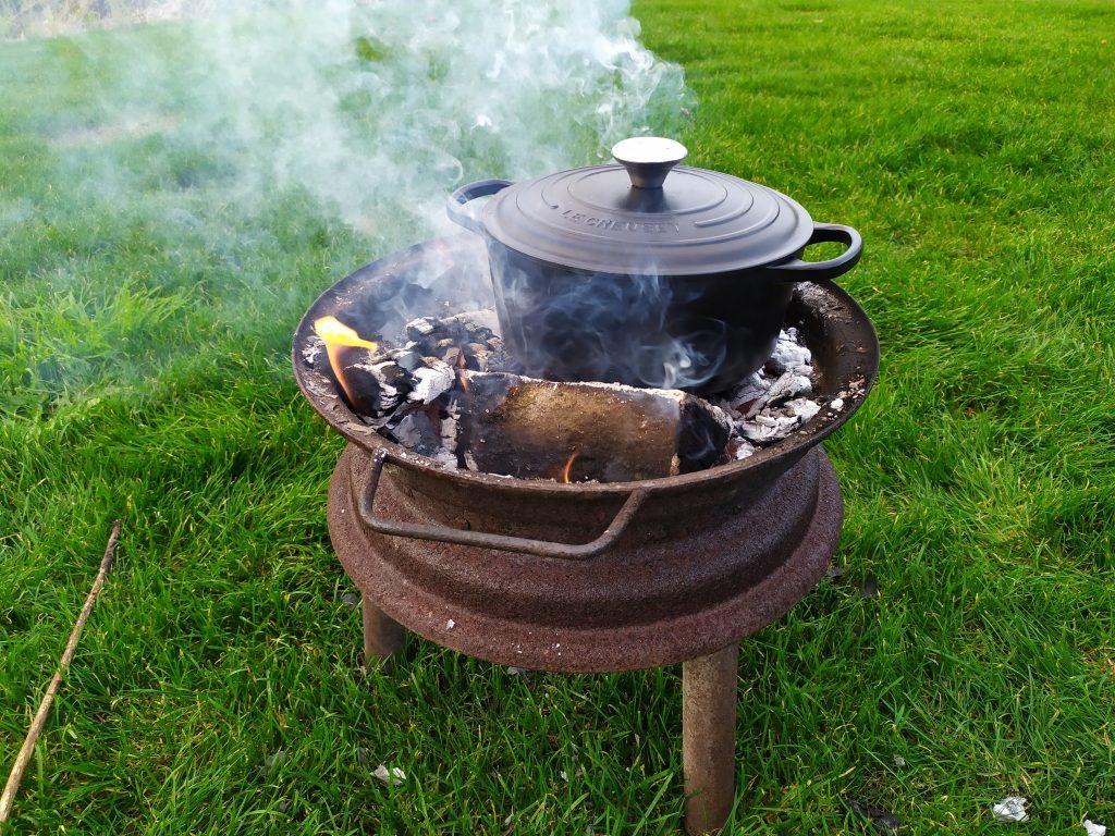 Kamperen in de herfst | koken op kampvuur