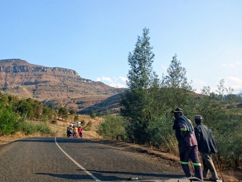 Een roadtrip door Zuid Afrika is dat wel veilig?  | Mensen lopen over de snelweg